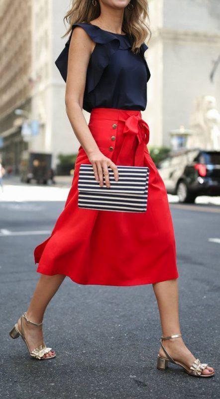 falda roja con sandalias doradas