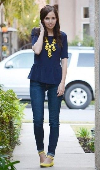 look azul con zapatos amarillos