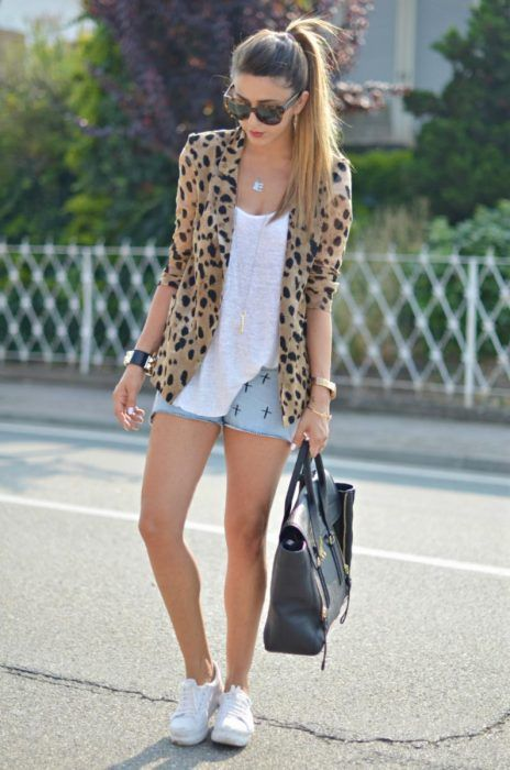 look short denim y zapatillas blancas