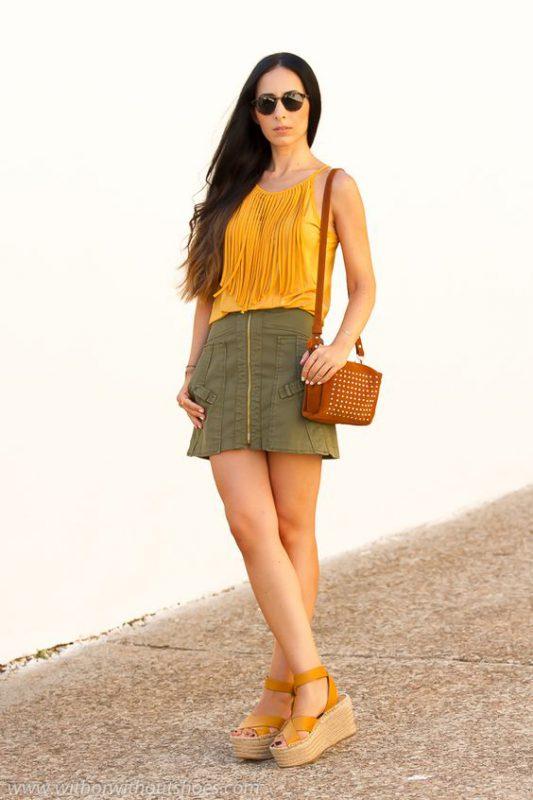 look urbano juvenil con sandalias naranjas