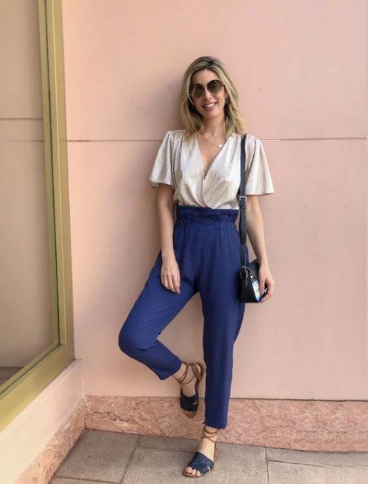 outfit con sandalias planas azules