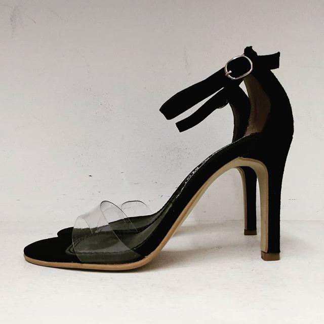 sandalia negra y transparente