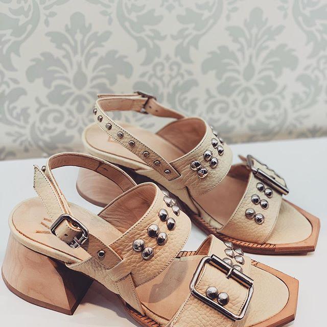 sandalia punta cuadrada Valkirya verano 2020