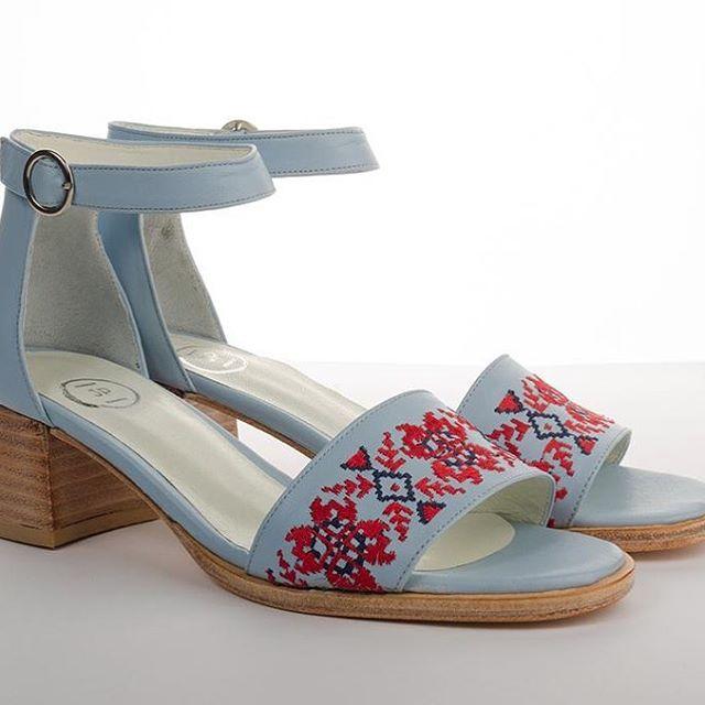 sandalias celeste bordadas verano 2020 Juana Pascale
