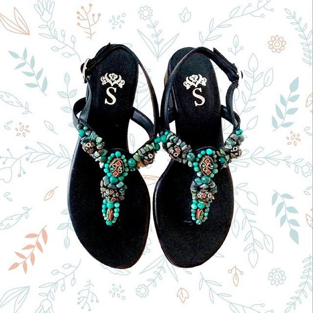 sandalias negras con apliques de canutillos verano 2020 Santesteban