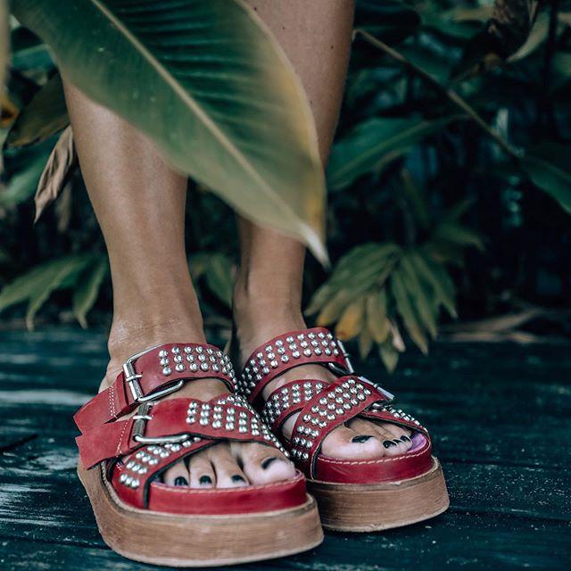 sandalias planas con tachas verano 2020 Las Motas