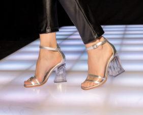 sandalias plateadas y tranparentes verano 2020 Luciano Marra