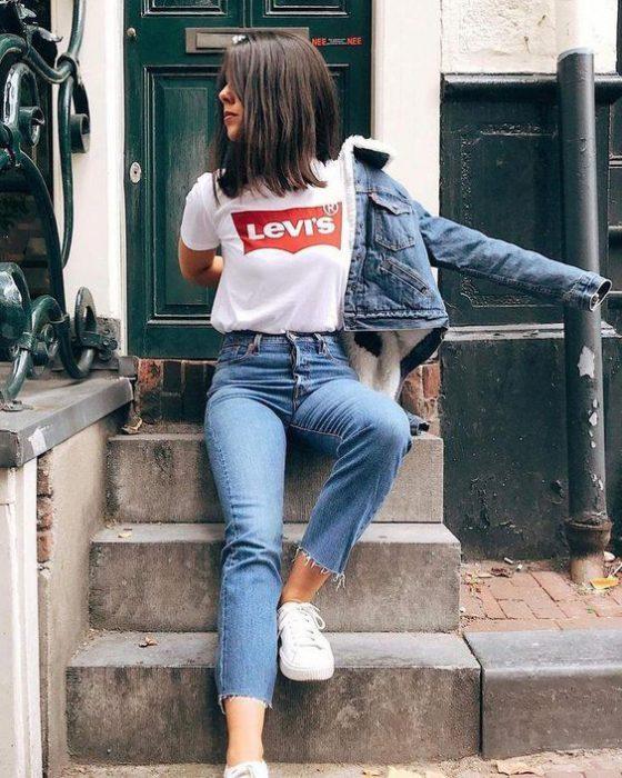 zapatillas blancas modernas con jeans