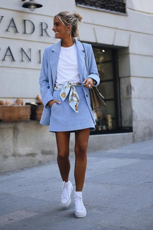 zapatillas de lona con minifalda