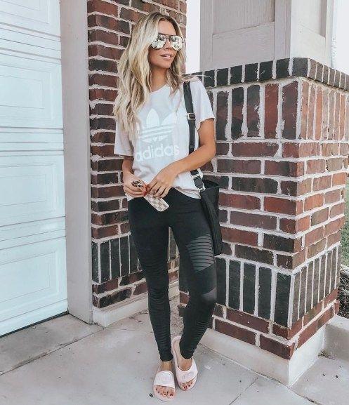 calzas deportivas con sandalias planas