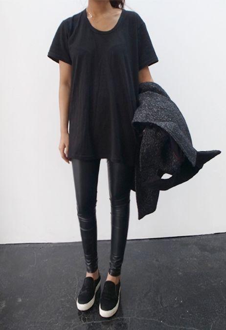 leggins simil cuero con panchas negras