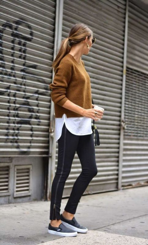look con leggings y panchas con sweater otoñal