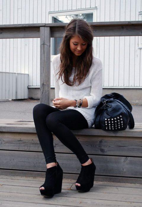 look de calza con sandalias con plataformas