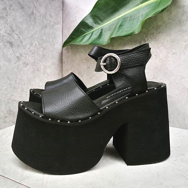 sandalias altas negras Paradisea Shoes verano 2020