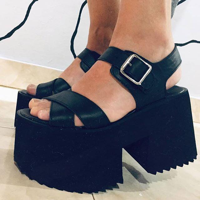 sandalias negras con plataformas Paradisea Shoes verano 2020