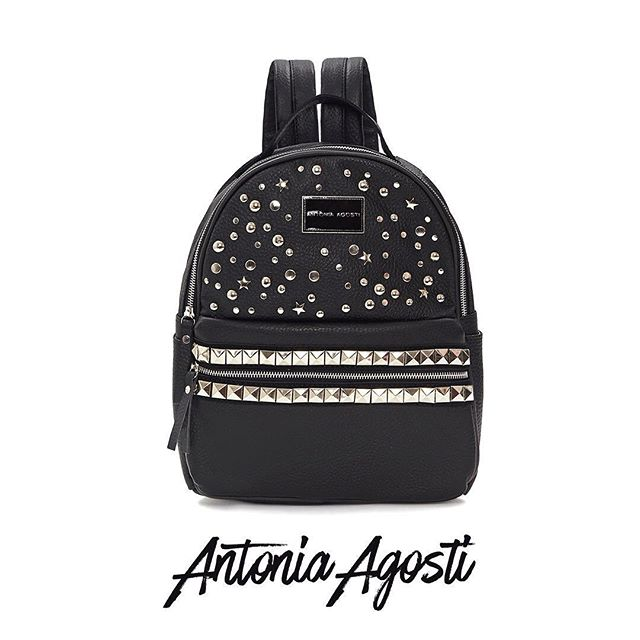 Mochila de cuero negra con tachas otoño invierno 2020 Antonia Agosti Bags