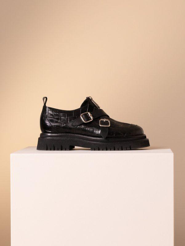 zapatos con suela tractor y multiples hebillas invierno 2020 Jazmin Chebar