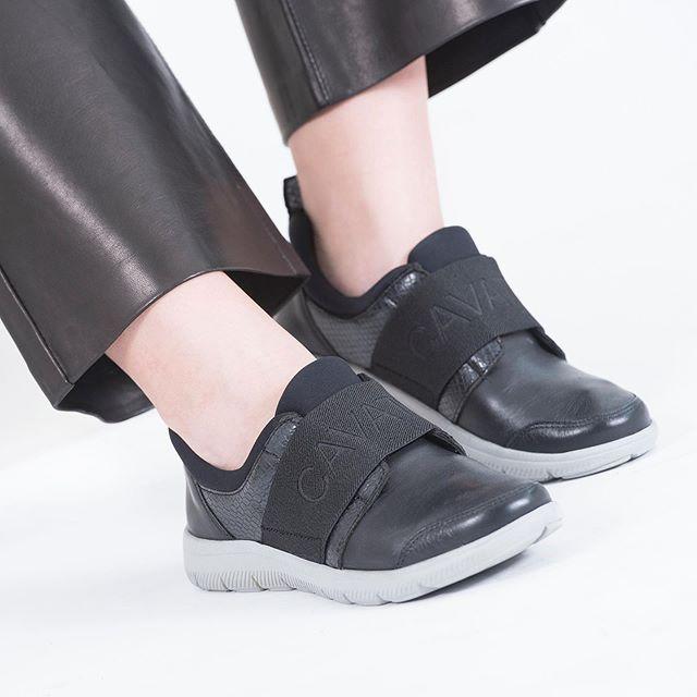 zapatilla negra con elastico otoño invierno 2020 Cavatini