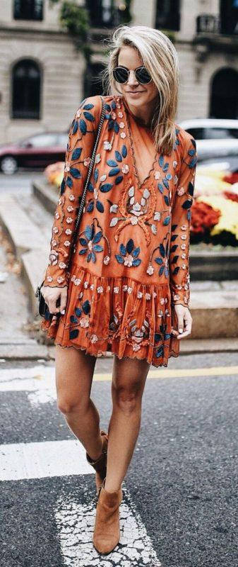 Vestido corto bordado con botitas marrones