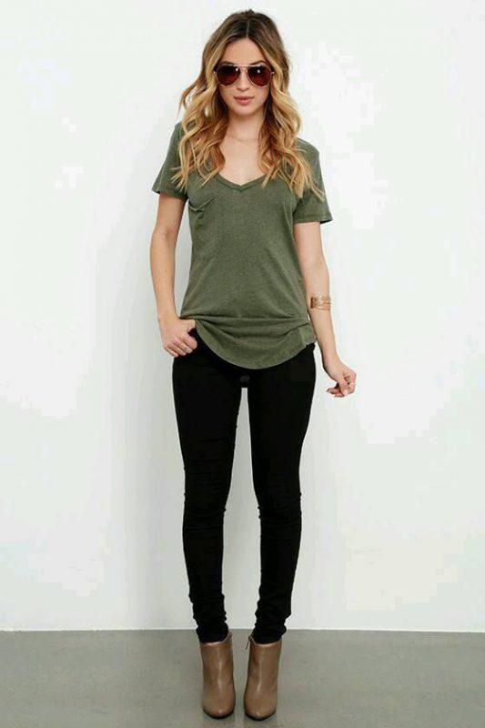 botas marrones con jeans negros