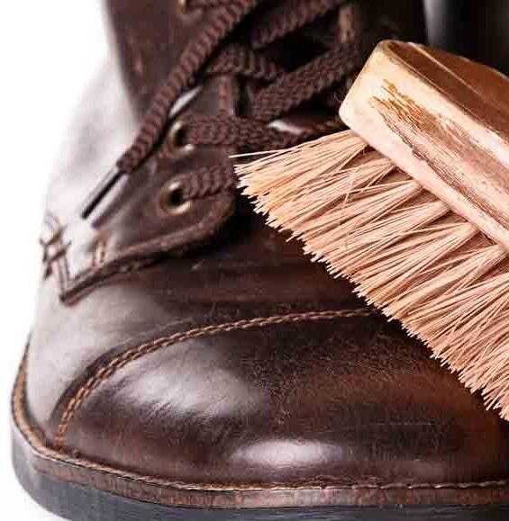 limpiar zapatos y botas de cuero