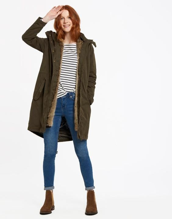 look jeans informal con botitas marrones