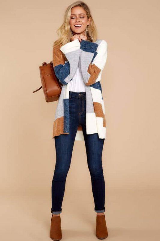 look moderno para mujer con botas marrones y jeans