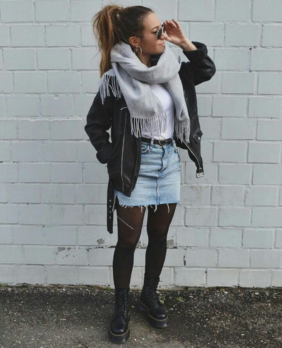 minifalda de jeans con borcegos