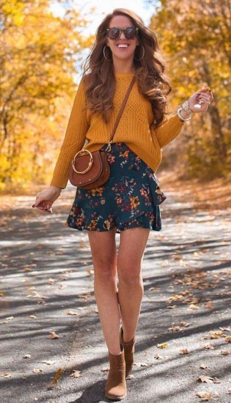 minifalda estampada con botitas marrones