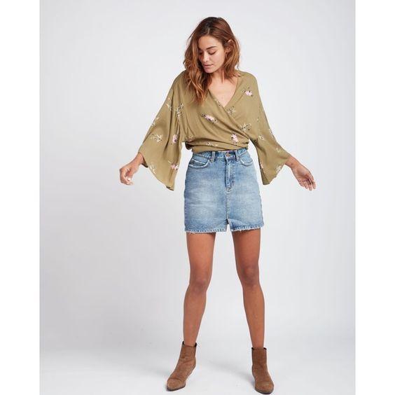 minifalda jeans con botitas marrones