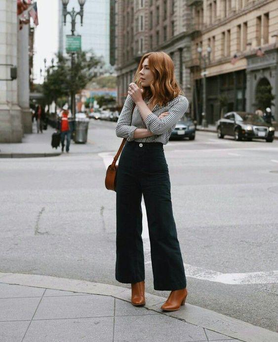pantalones anchos con botas marrones