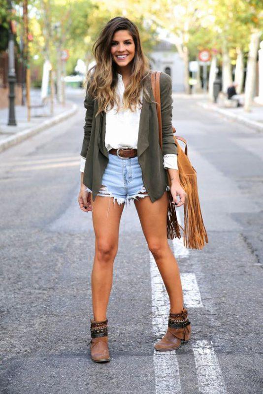 short jeans rotos con botitas marrones