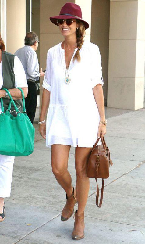tunica blanca con botitas cortas marrones