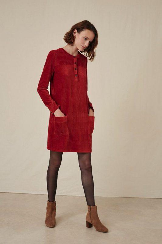 vestido de corderoy con botitas marrones
