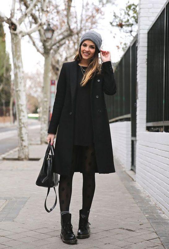 vestido negro con borcego y medias