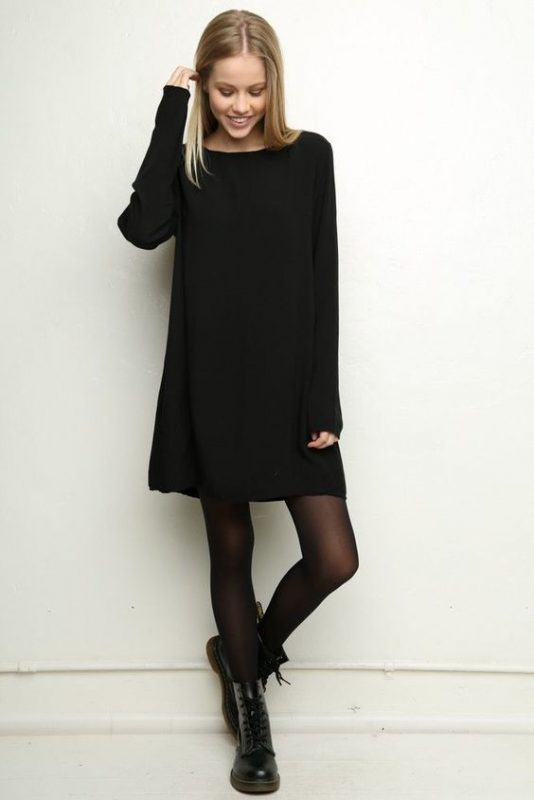 vestido suelto negro con borceguies