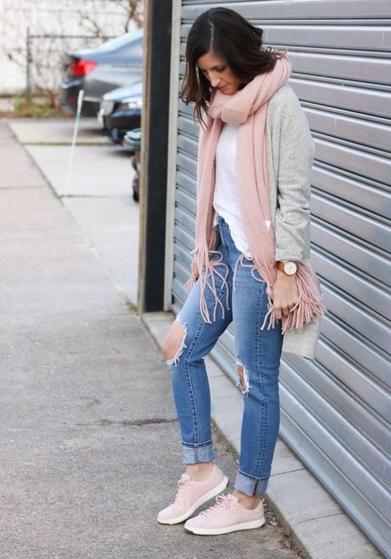 Look de otoño con zapatillas rosa pastel