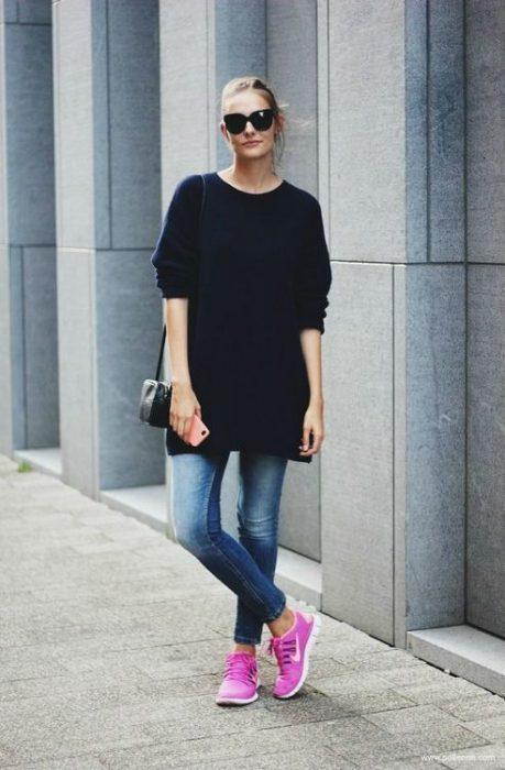 Outfit de otoño con jeans y zapatillas rosas pupura