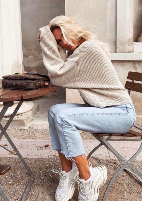 Outfits de jeans sweater y zapatillas deportivas altas
