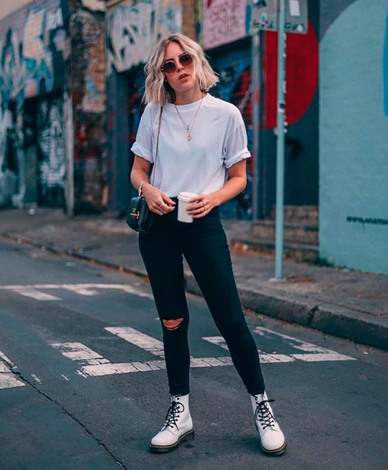 Outfits mujer jeans negros y borcegos blancos