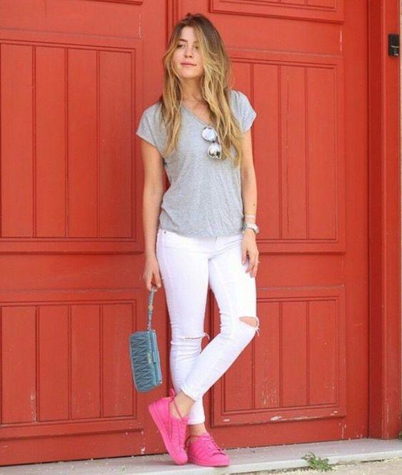 jeans blanco y zapatillas fucsia