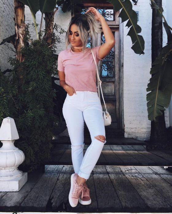 jeans blanco y zapatillas rosa claro
