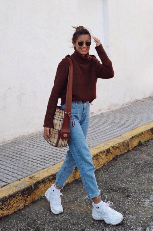 look de invierno con zapatillas con plataformas y jeans