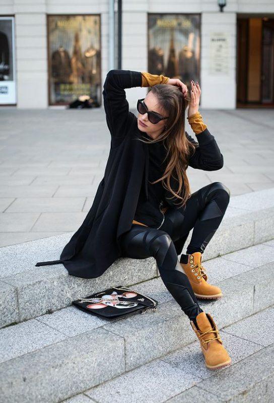 look negro con borcegos amarillo mostaza