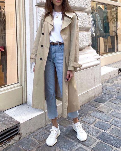outfits con zapatillas altas jeans sueltos y trench