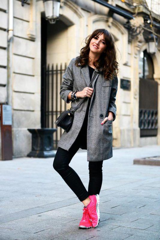 outfits de invierno con zapatillas fucsia
