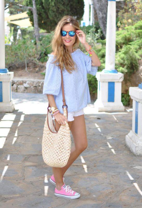 short de jeans blanco con zapatillas de lona fucsia