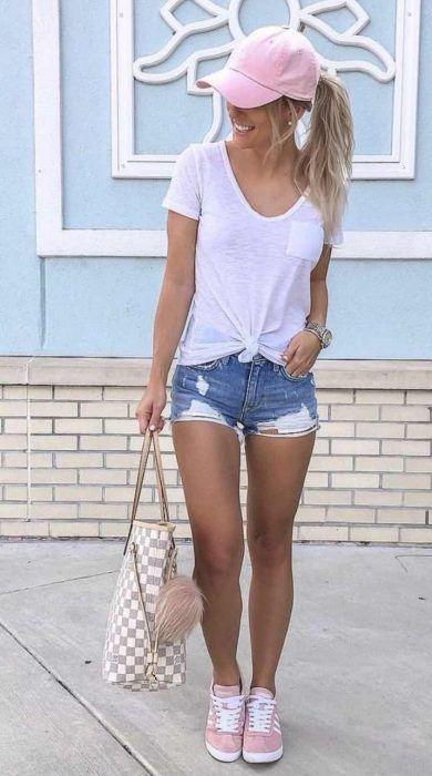 short de jeans con zapatillas rosa claro