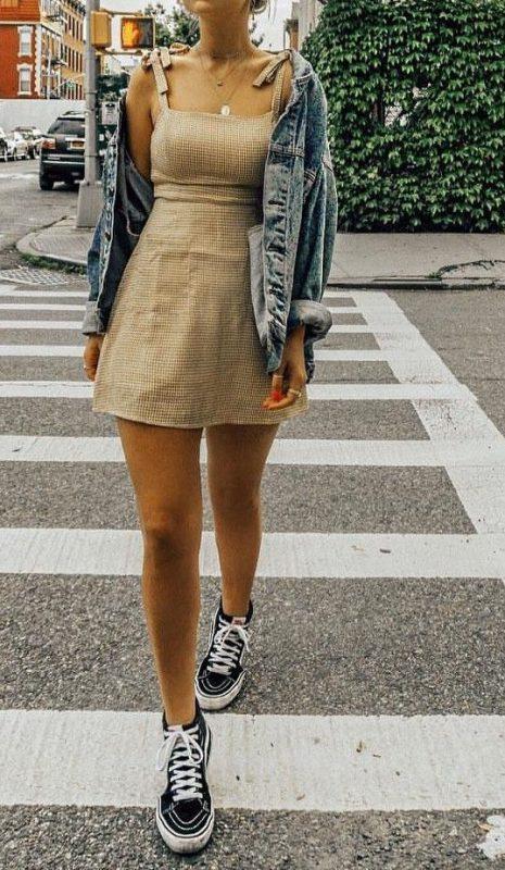 zapatilla con vestido corto y campera de denim