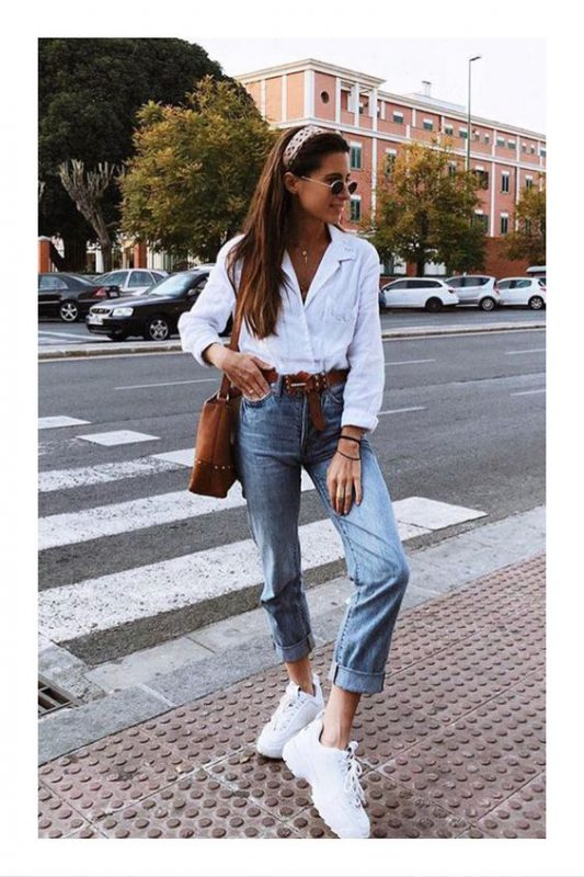 zapatillas con plataformas jeans y camisa blanca